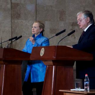 US Secretary of State Hillary Clinton and Armenian foreign minister Eduard Nalbandyan at a press conference in Yerevan. (Photo: US embassy in Yerevan)