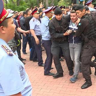 Detention of journalist in one of the protests in Almaty city. (Photo: RFE/RL's Kazak service)